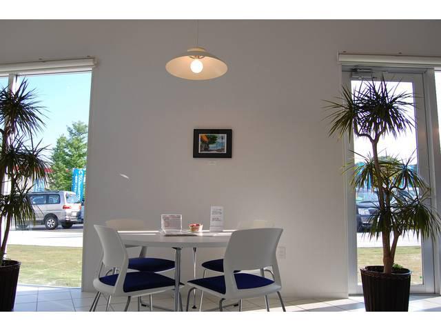 白を基調にしたカフェのようなショールームでゆっくり商談できますよ♪