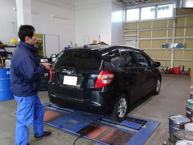 当社は陸運局指定の工場です。当社内に車検ラインを完備し、検査員が点検致します。