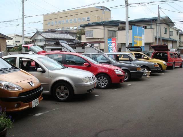 当店野外展示場全景。サーブ、ボルボを中心に色とりどりの良質展示車が並びます。