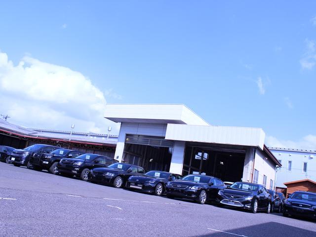 展示場と隣接の第二工場です。工場内は明るく、雨天時や日が落ちてからでも車の状態をよく確認できます。