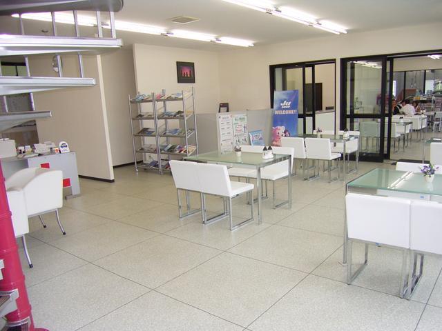 明るくきれいな店舗で皆様のご来店をお待ちしております。