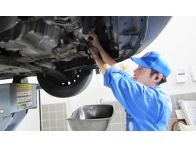 認定中古車は一台一台厳しく点検、整備を行い店頭に並びます。そして真心を込めてお客様にお届け致します。