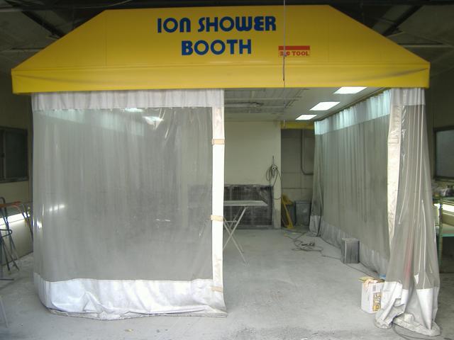 本社板金塗装工場です。イオンシャワーブース完備。エアロ取付け、ドレスアップ全般お任せ下さい。
