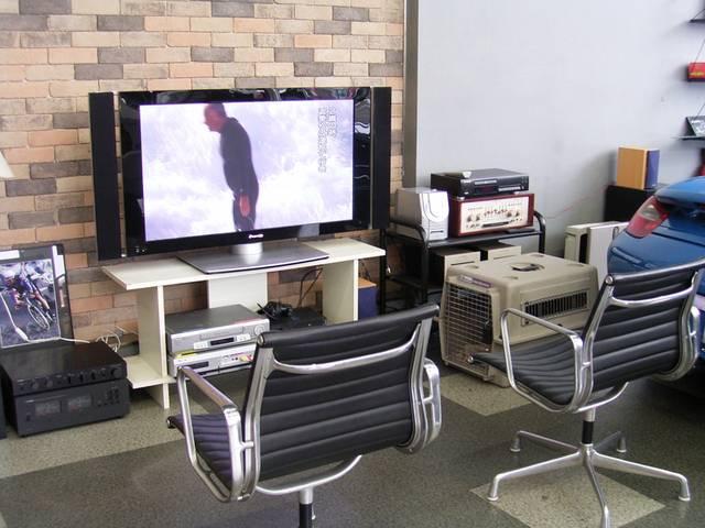 くつろぎスペースには、大画面プラズマテレビを完備しております。
