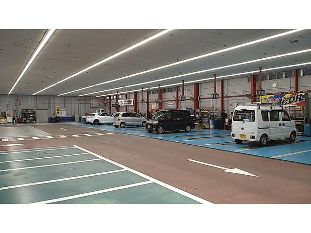 民間車検工場完備!リフト10基と国家整備士15名で、お客様を待たせません。