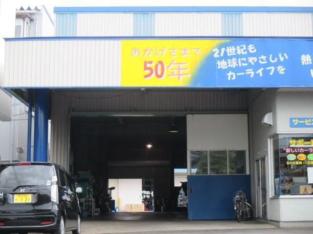 当店整備工場です♪日々のメンテンンスから車検・修理などお気軽にどうぞ♪