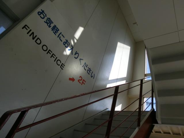 フロントへはこの階段をお昇り下さいませ。