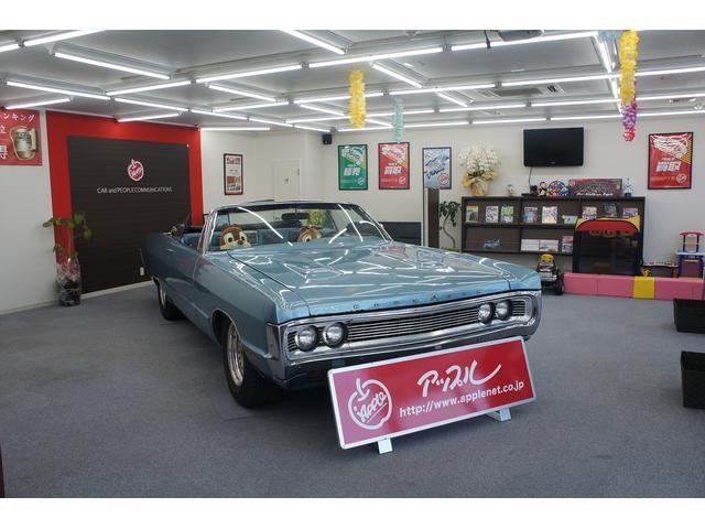 店舗内にはオススメの車が展示してございます。今は1975年のプリムスヒューリーが展示してあります。