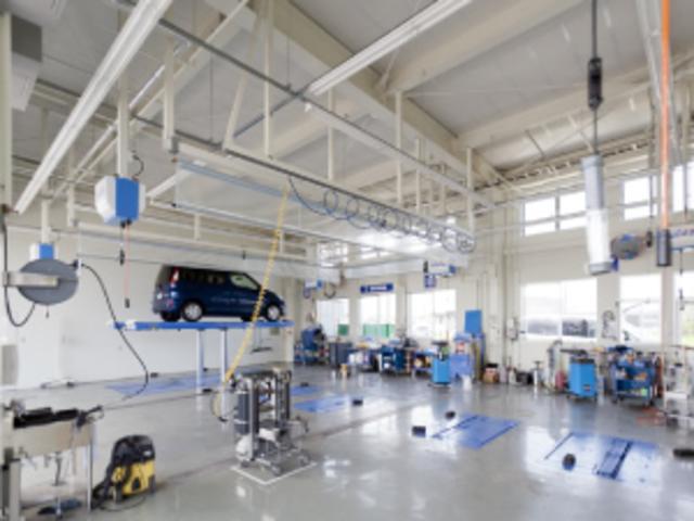 白を基調とした新設のピットルームで、お客様の車を丁寧かつスピーディーに整備します。