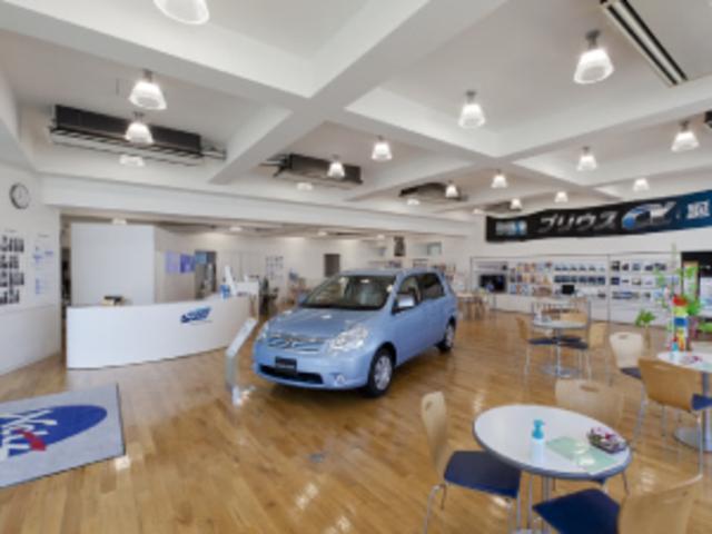 露出したワイルドな天井に、暖かみのある無垢の床材とのバランスがとても心地良いショールーム。