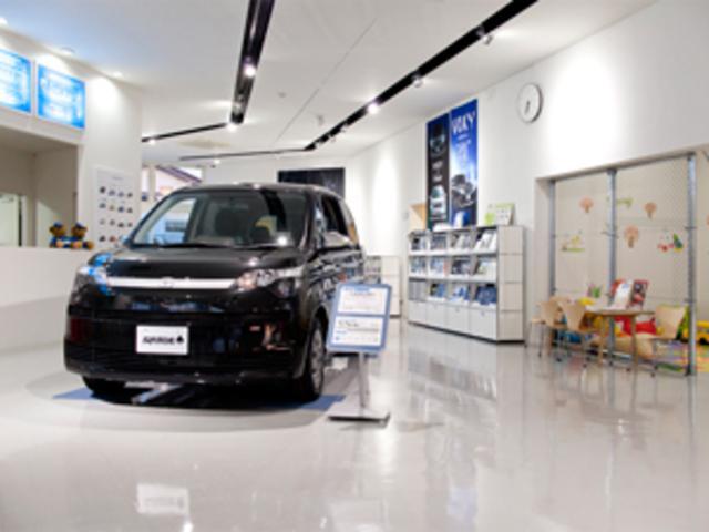 シャープな印象を与える真っ白なショールームは不要な情報が無く、お車選びに専念することが出来ます。
