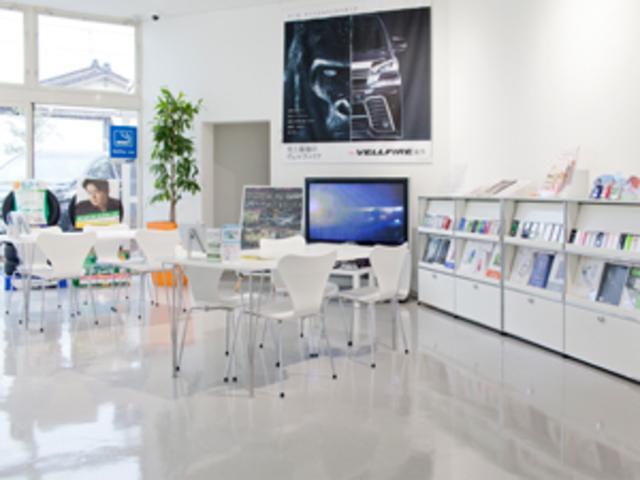 アルネ・ヤコブセンデザインの名作「セブンチェア」に腰掛けて待ち時間をお過ごしください。