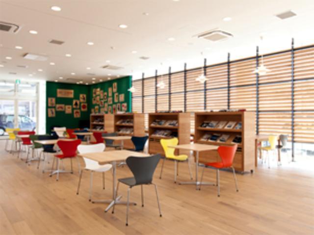 強い日差しを木製ルーバーで押さえたショールームに、北欧のフリッツ・ハンセン社の家具が並びます。