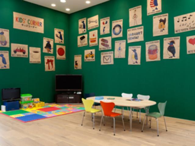 キッズコーナーの壁面は、お子さんが描いた塗り絵などを貼り付けれる様になっています。