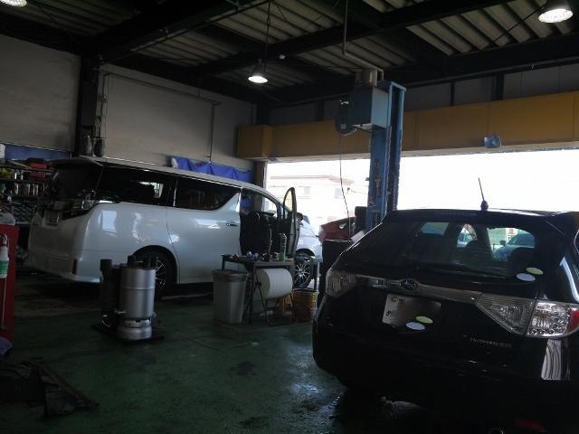 整備スペースでは様々な作業を行っております。