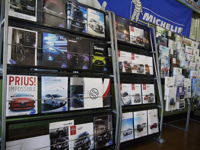 各種新車カタログも多数揃えております。