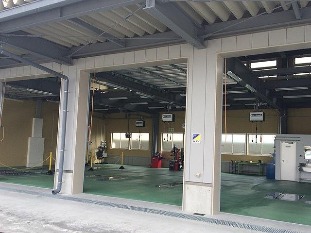 (株)カーアタックのアフターサービス 本社に併設のサービス工場はレーンが多数あります。