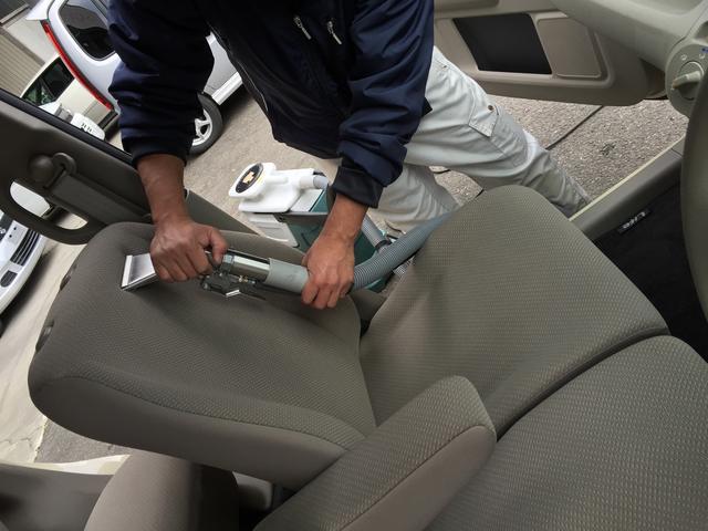 専用クリーニングマシーンでシートの汚れを一気に落とします。抗菌・防臭効果もありますよ!!