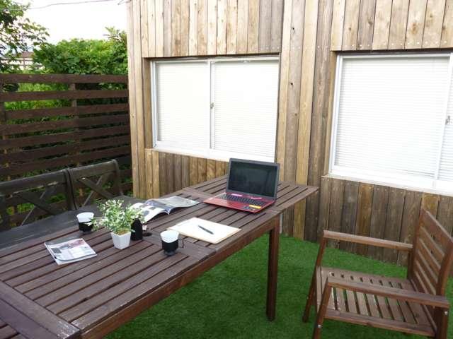 ウッドデッキも完備しております。夏は青空の元、商談出来るスペースを設けております♪パラソルもご用意!