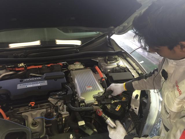 エンジンルームのチェック中!しっかりとした整備を実現いたします。