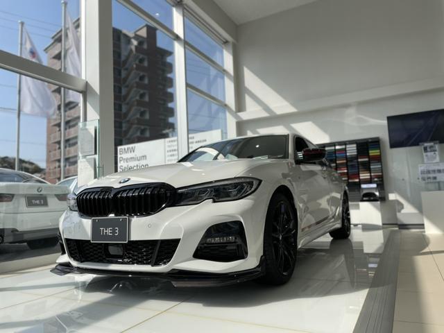 白を基調とし、洗練された広々とした空間です。車両展示も可能でアクセサリー等もディスプレイしております