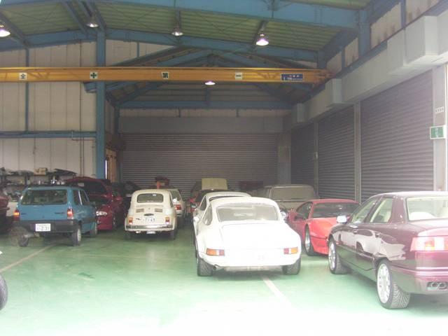 お預かりのお車は屋内保管。修理完了までしっかり管理致します。