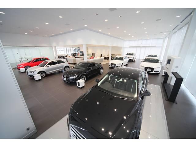 店内には新車を展示。実際に車に触れて頂き、Audiの魅力を感じてください。試乗もお気軽にどうぞ。