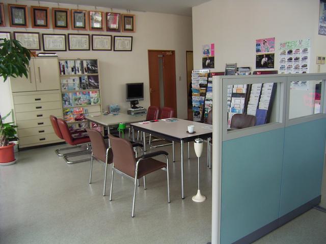 商談スペースは、広くゆったりと清潔感を大切にしております。