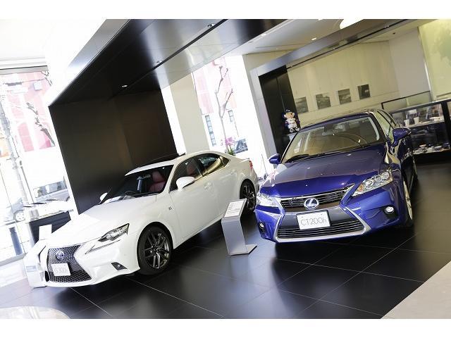 新車ショールームに堂々と佇むレクサスランナップは、洗練された上質と安らぎをお約束します。