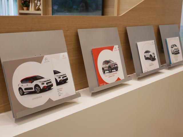 ご参考に各車カタログもお渡ししております。お気軽にお立ち寄りください。