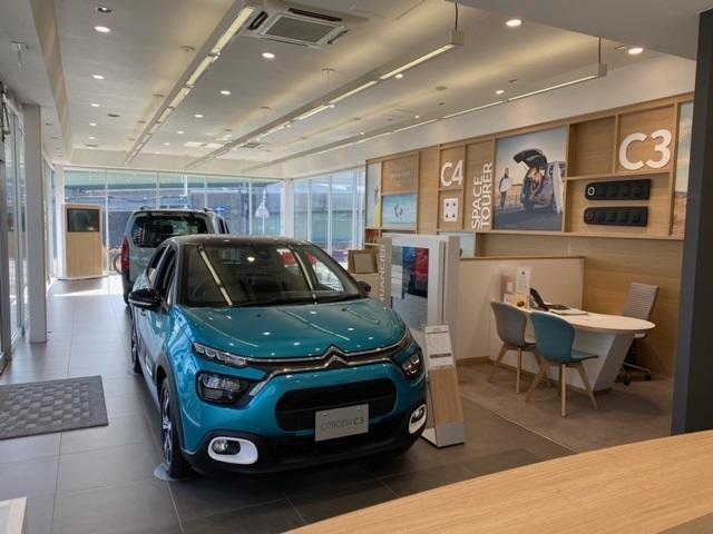 ショールームには2台〜3台新車を展示しております。
