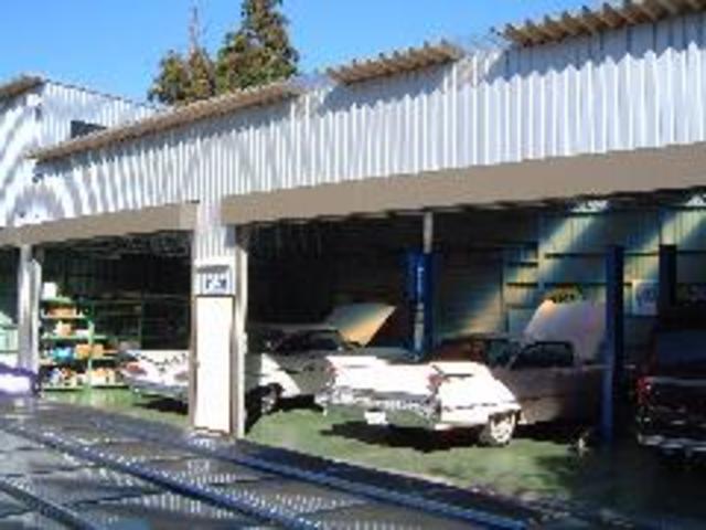 関東陸運局認定自社工場には4基のリフトを完備
