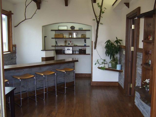 カフェのようなゆったりとしたスペースでコーヒーを飲みながら