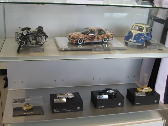 人気のミニカーも多数展示中です!!完成度の高いBMWミニカーをご覧ください。