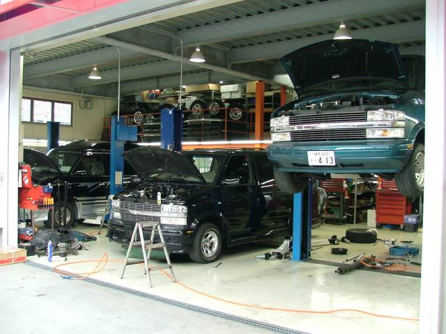 年中無休のアメ車専門自社工場を完備しております。ローダーもありますので安心です。