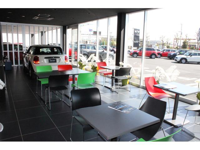 ショールームはガラス張りになっておりますので、店内からもお目当ての車を御覧になれます!