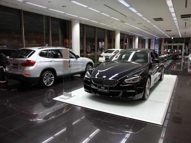 広々としたショールームには最新の車両を多数展示!アクセサリーのショーケースも御座います。