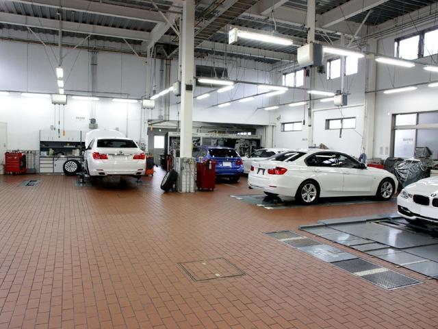 併設の工場には6台のリフトを完備!納車前の点検やアフターサービスも勿論こちらで行います。