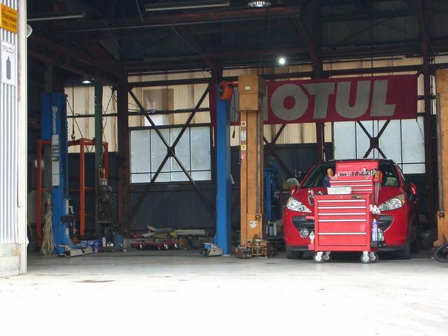整備工場ではリフトも完備しております。あらゆるトラブルに対応できる態勢を整えてお客様をサポートします