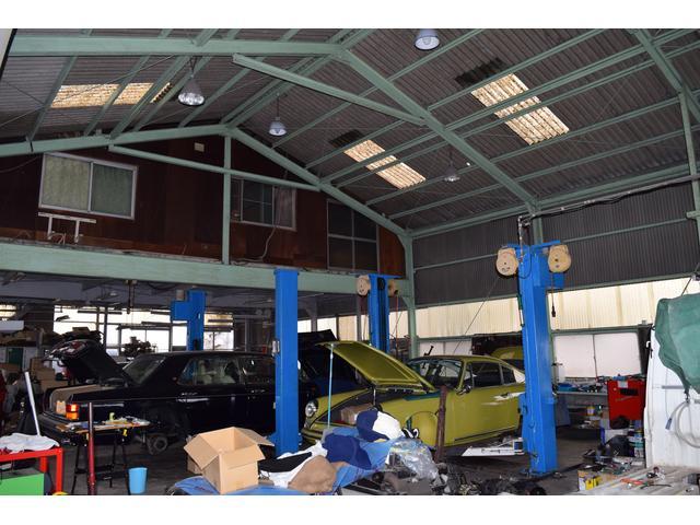 工場内部。