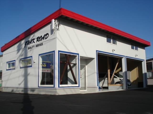 新設オープンした、オフィス・サービス工場です。白い外壁に赤い屋根が目印!!