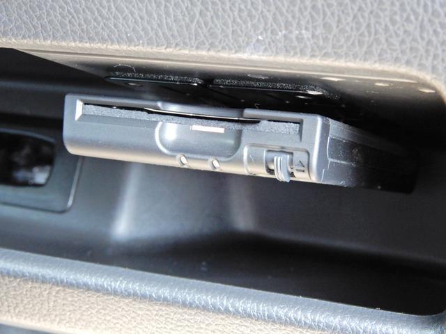 タブレット端末のようなタッチパネル式のオートエアコン採用。凹凸のない滑らかな表面で操作感を高めています。