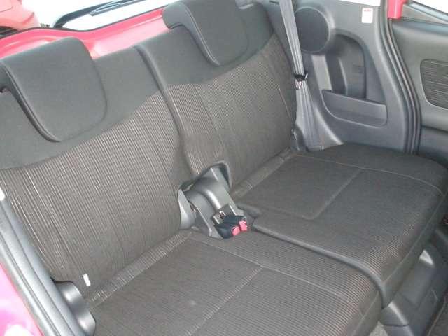 軽とは思えないほどの室内空間。リヤシートの足元空間も広く、4人乗車でもリラックスしてドライブが楽しめます。