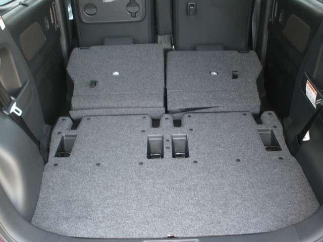 リヤシートは5:5分割で倒せます。リヤシートを前方に倒せば、大きな荷物も載せられます