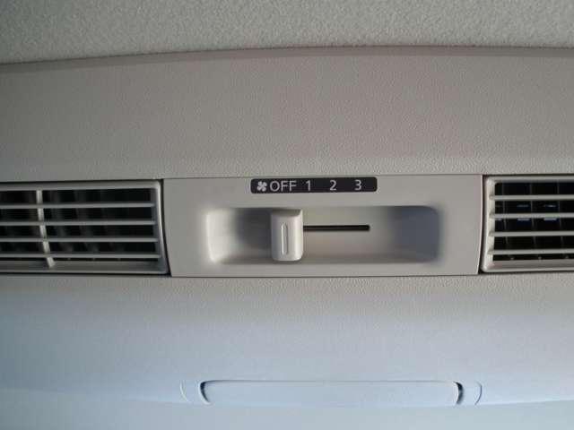 ルーフに取り付けたファンで風を後席にも送風。空気を効率的に循環させることで室内空間の温度を均等に保ちます。エアコンを使わないときも心地よく過ごすことができます。