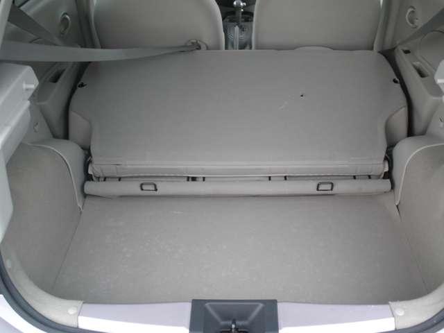 リヤシートを前方に倒せば、大きな荷物も載せられます