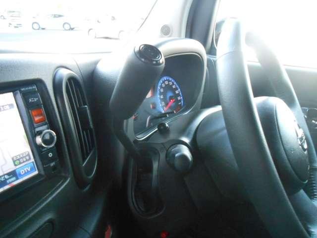 コラムシフトを採用している運転席。