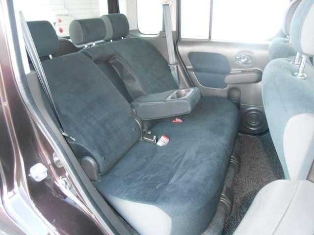 リヤシートにもアームレスト(ドリンクホルダー付)が装備されています。