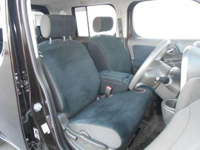 フロントシートのアームレストには小物入れが装備されています。