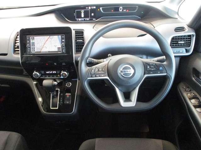 インパネシフトを採用した運転席。